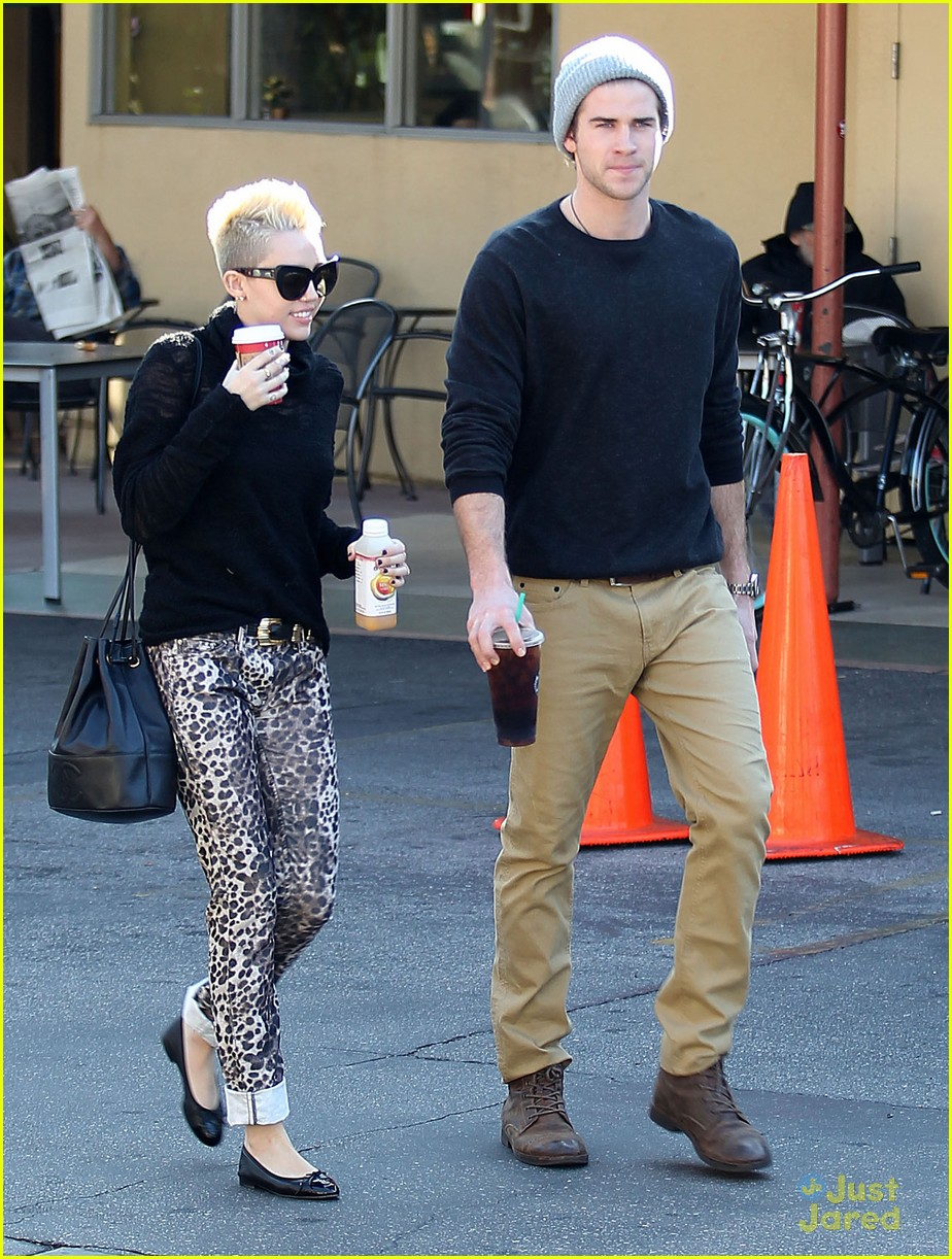 miley cyrus liam hemsworth holding hands at starbucks 13