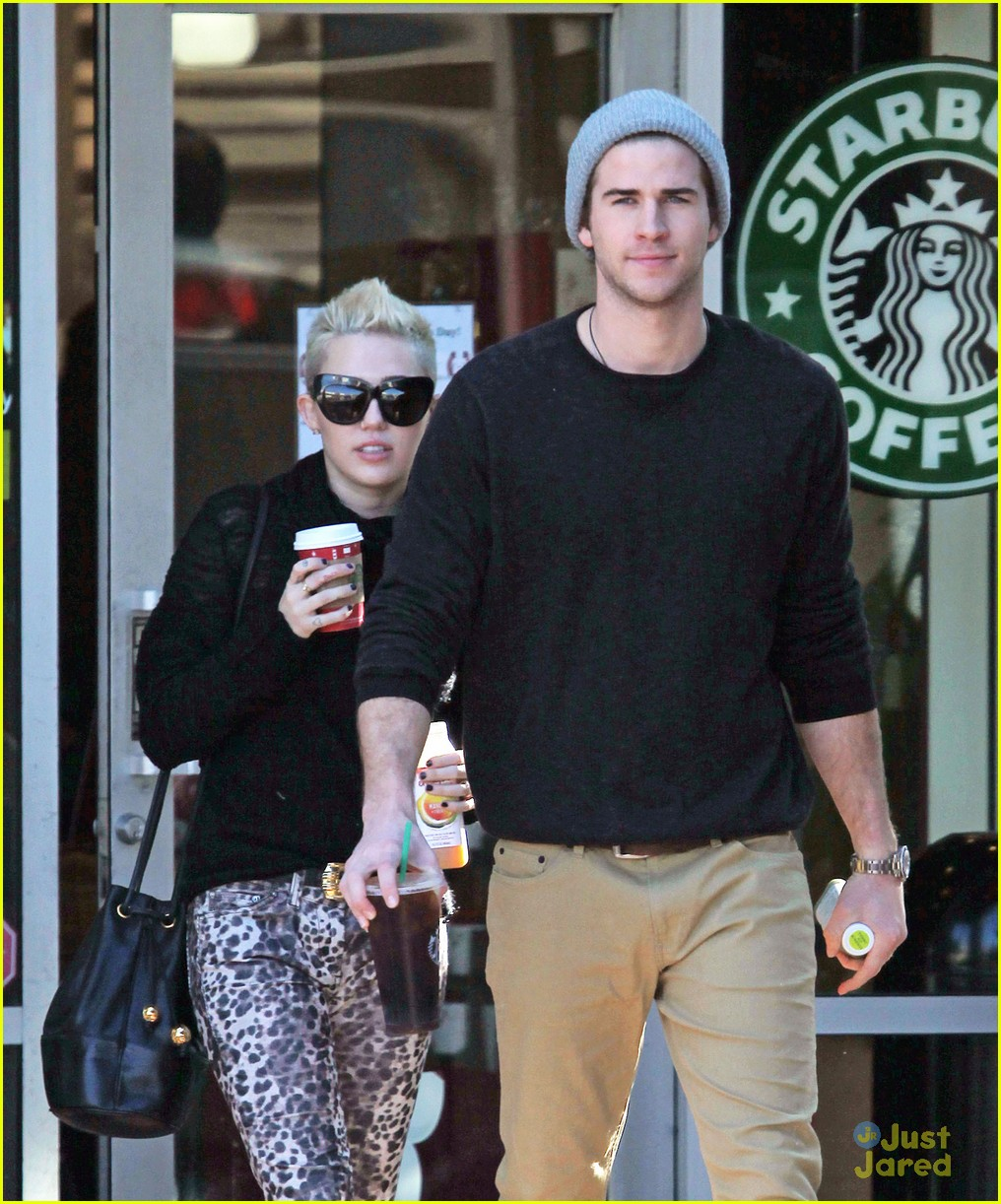 miley cyrus liam hemsworth holding hands at starbucks 14