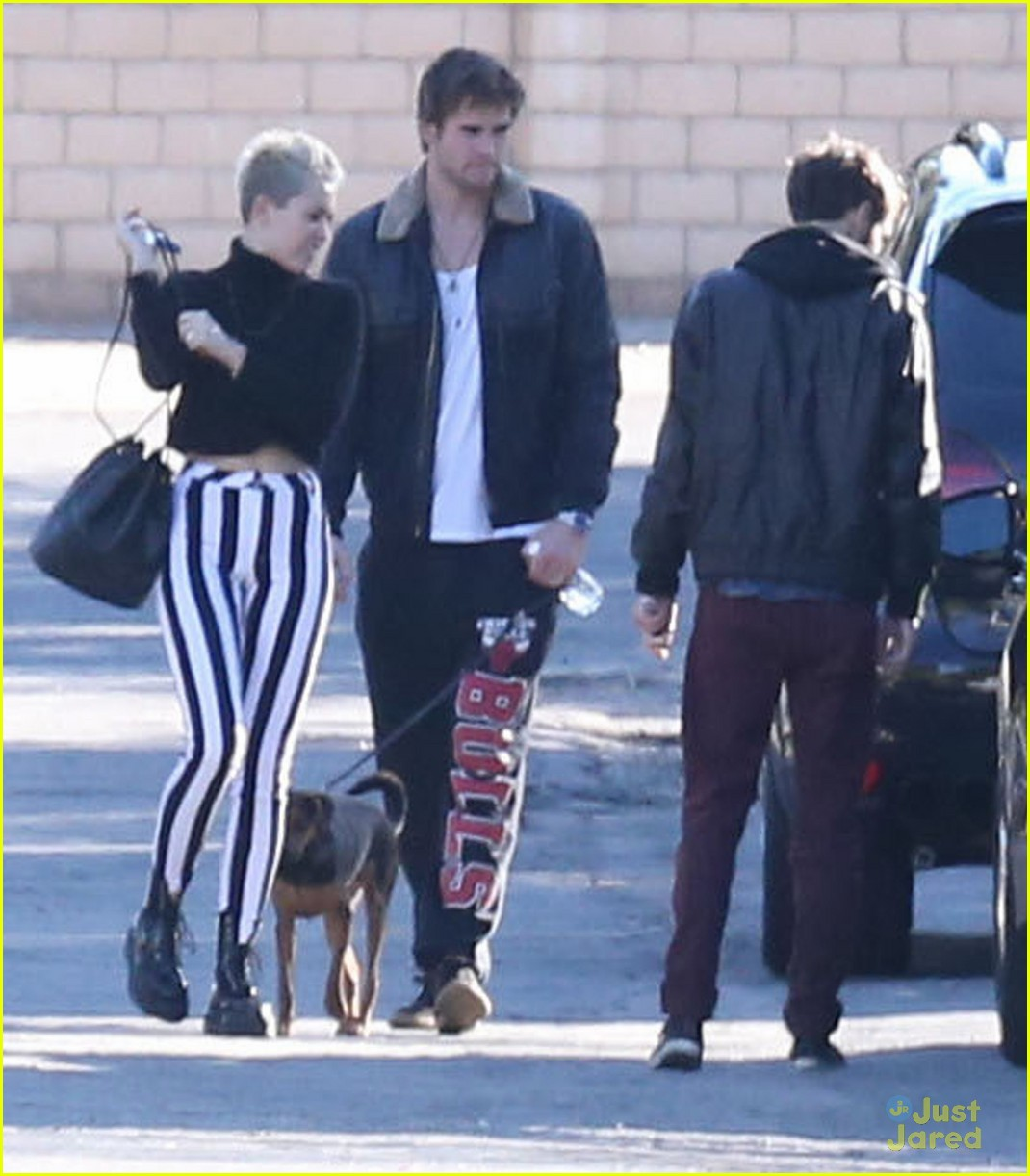 miley cyrus liam hemsworth post christmas family gathering 01