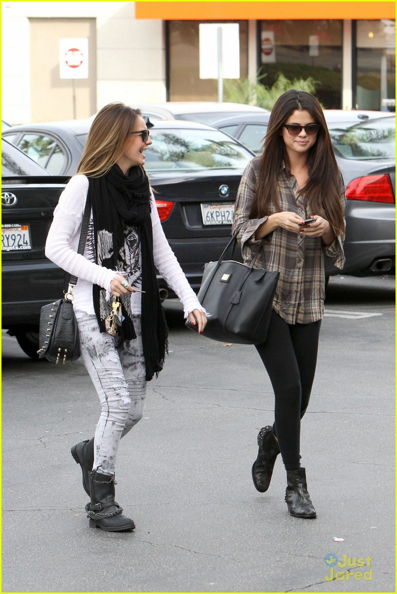 selena gomez samantha droke sushi 01