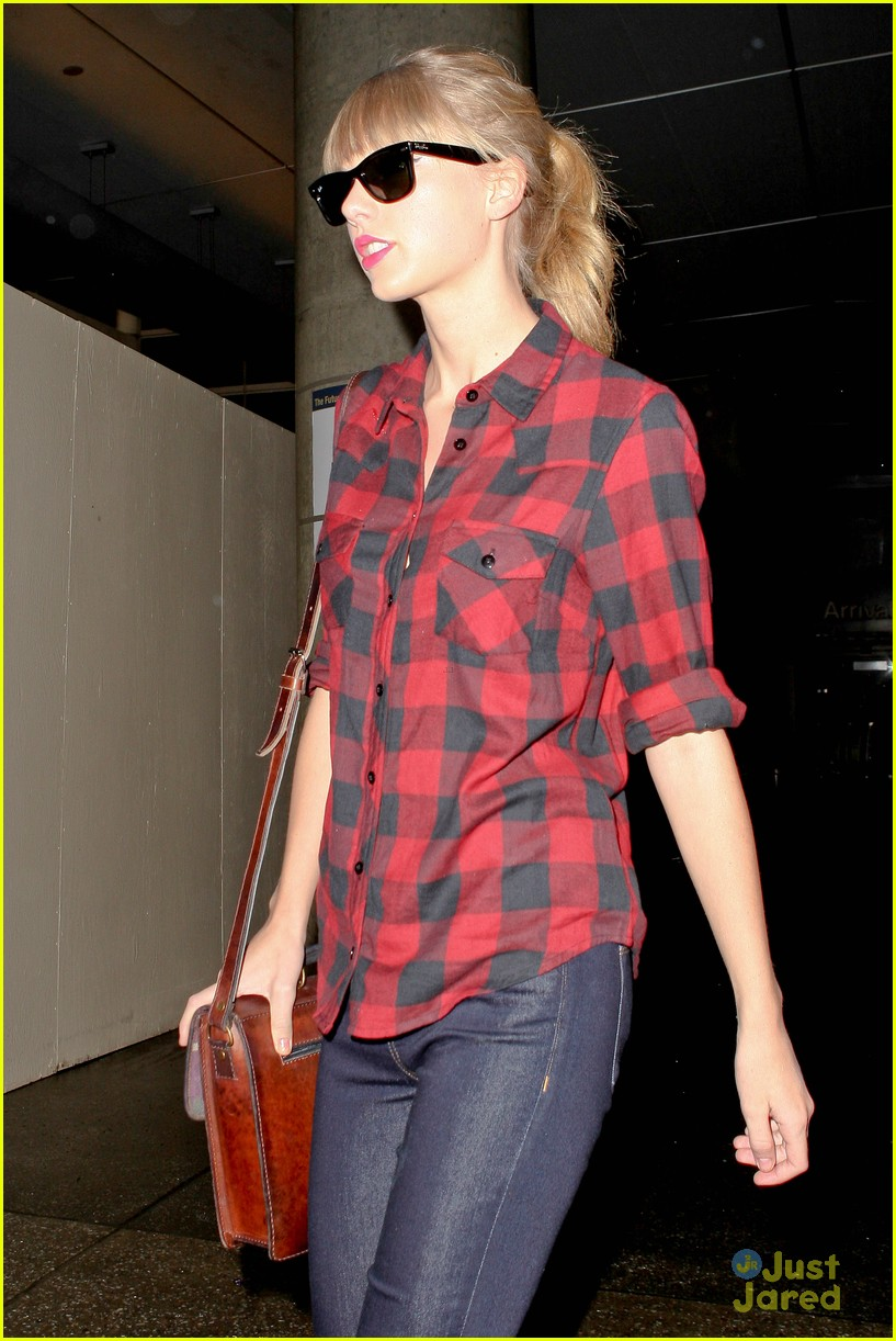 taylor swift plaid arrival lax 05