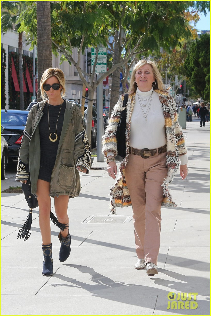 ashley tisdale christmas shopping chanel 09