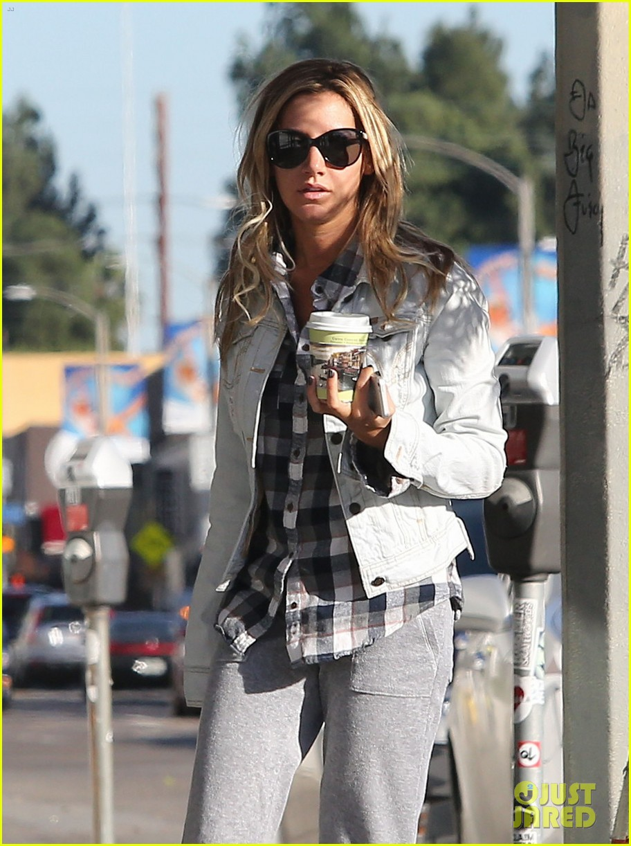 ashley tisdale holiday shopping with mom 01