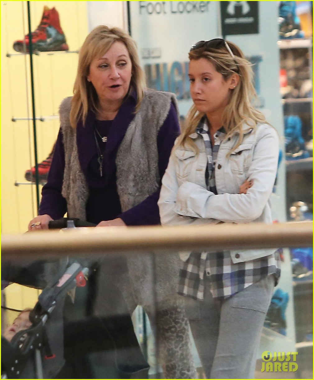 ashley tisdale holiday shopping with mom 02