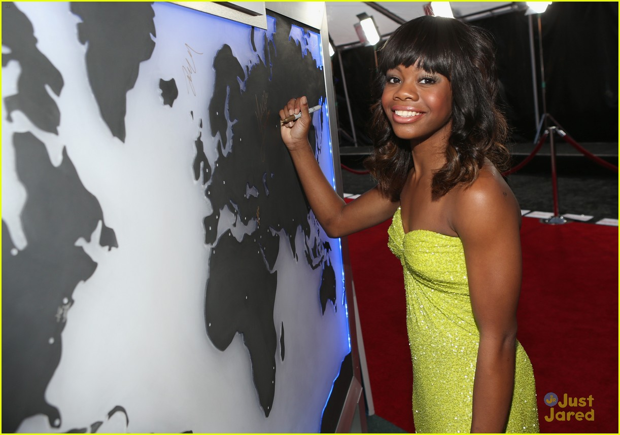 gabby douglas golden globe awards 04