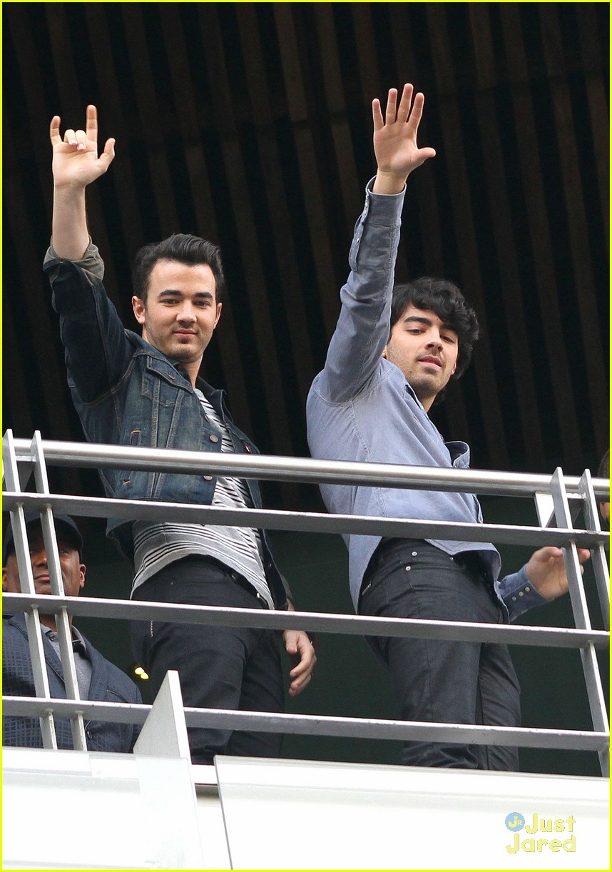 jonas brothers married photo call 10