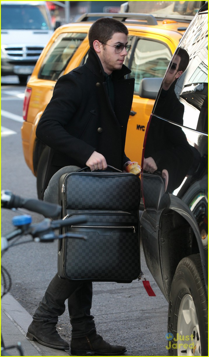 nick joe jonas off to airport 03