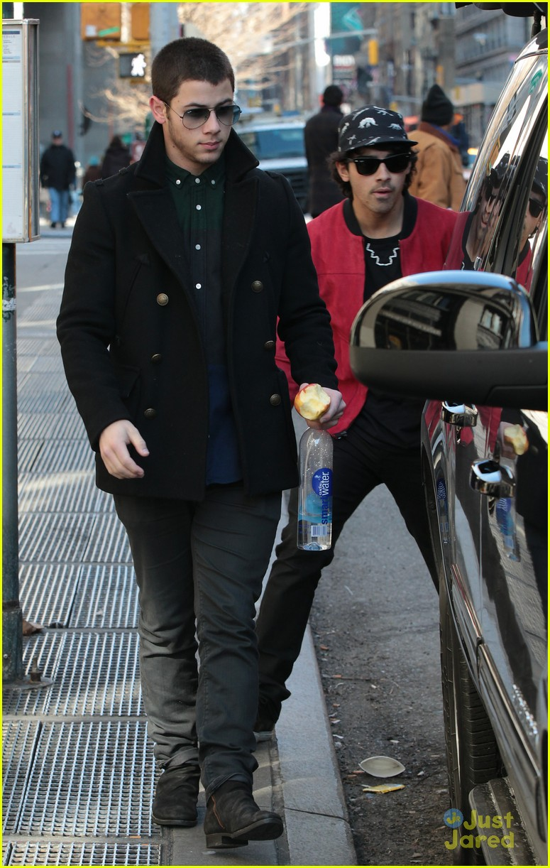 nick joe jonas off to airport 04