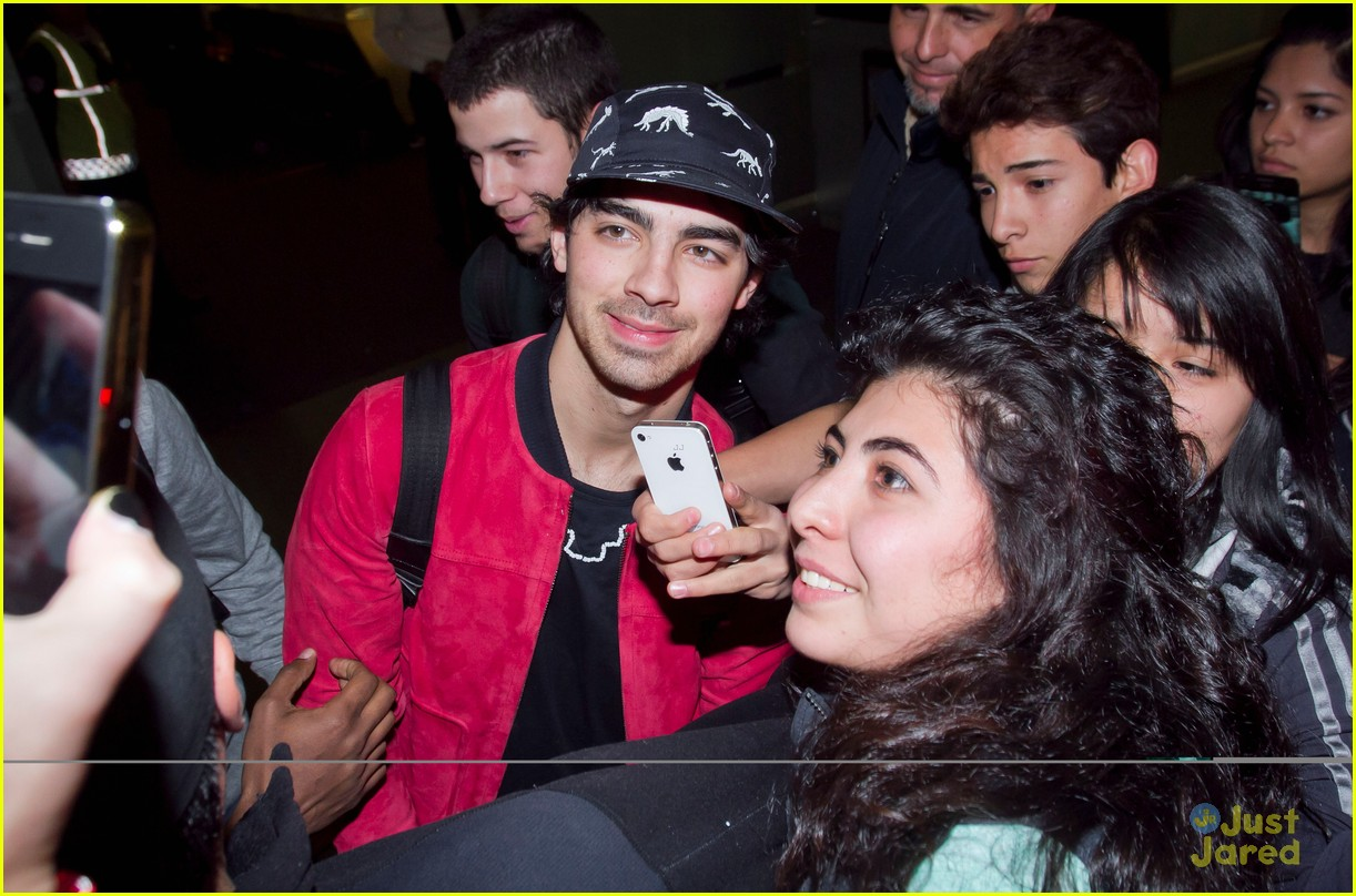 jonas brothers mexico arrival 03