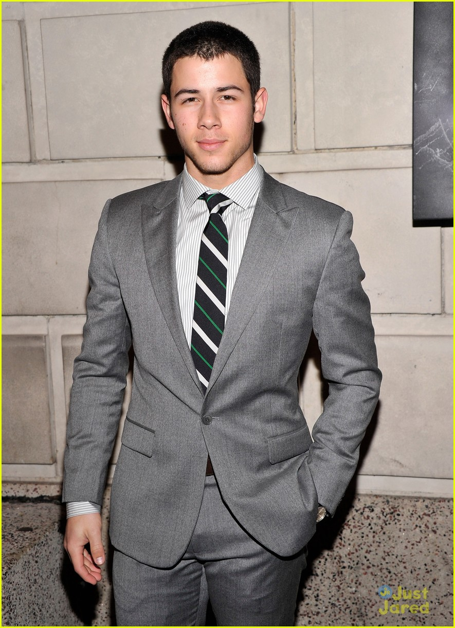 nick jonas cat roof premiere 04