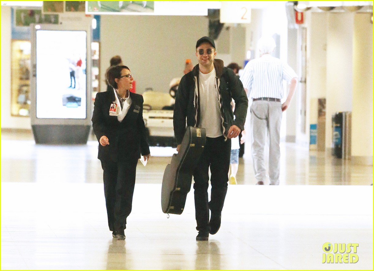 robert pattinson melbourne departure 02