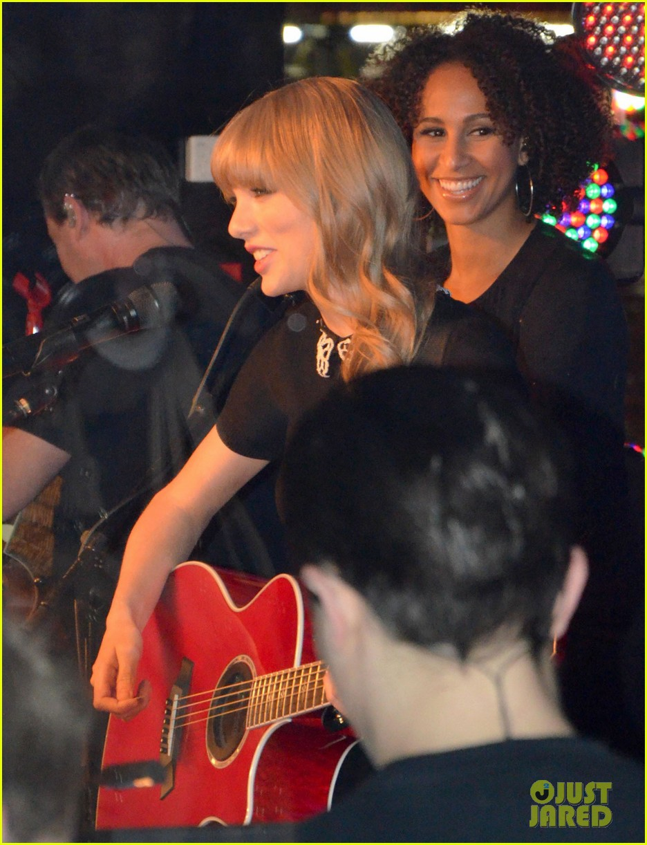 taylor swift private yacht performance 02