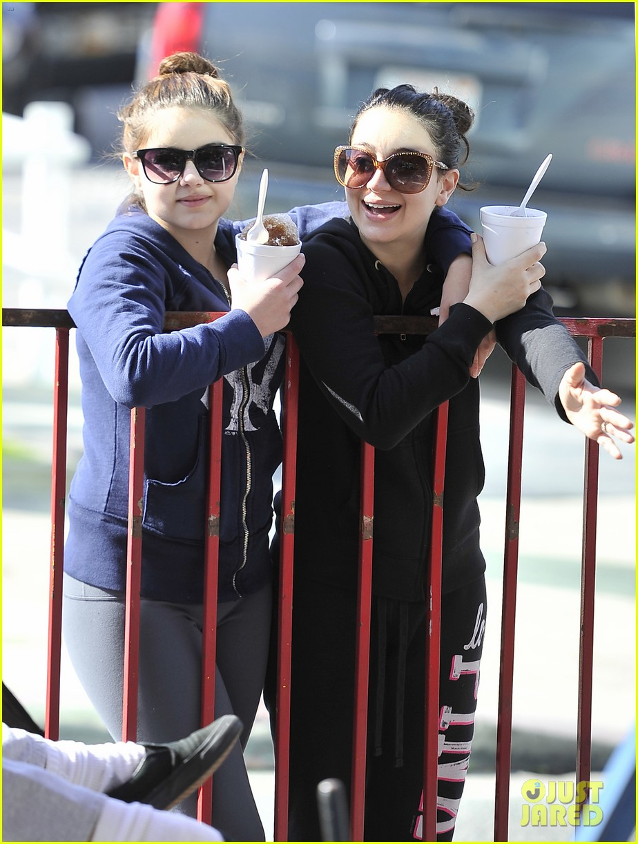 ariel winter famers market fun 05