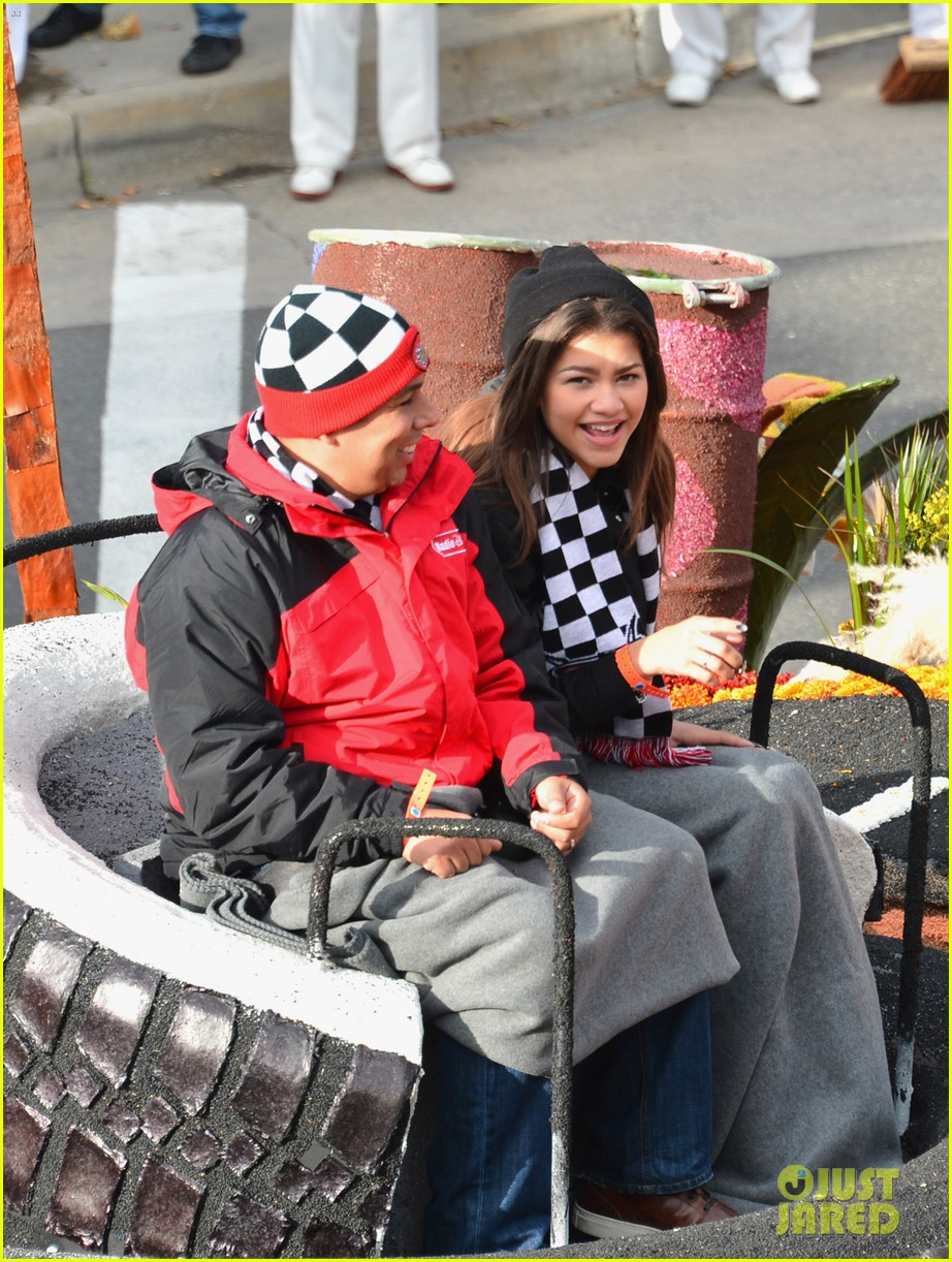 zendaya cars parade 03