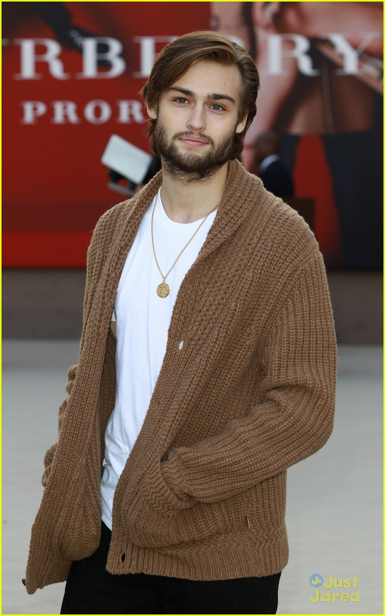 gabriella wilde burberry front row douglas booth 01