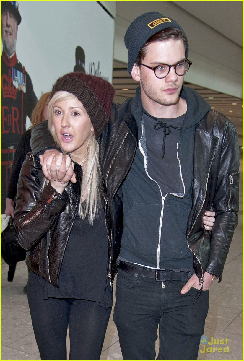 ellie goulding jeremy irvine airport couple 01