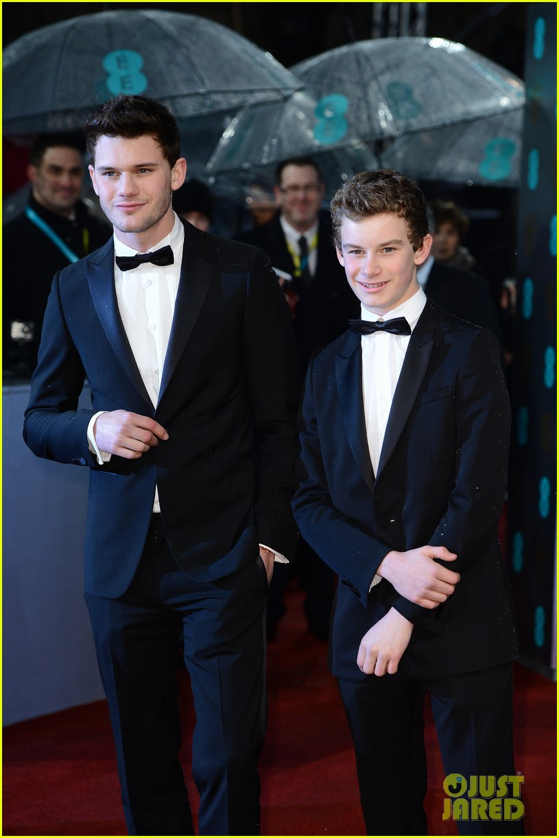 jeremy irvine baftas red carpet 05