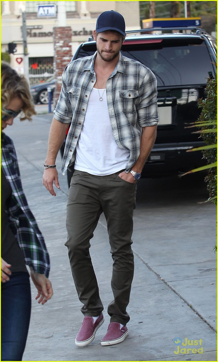 liam hemsworth lunch studio city 02