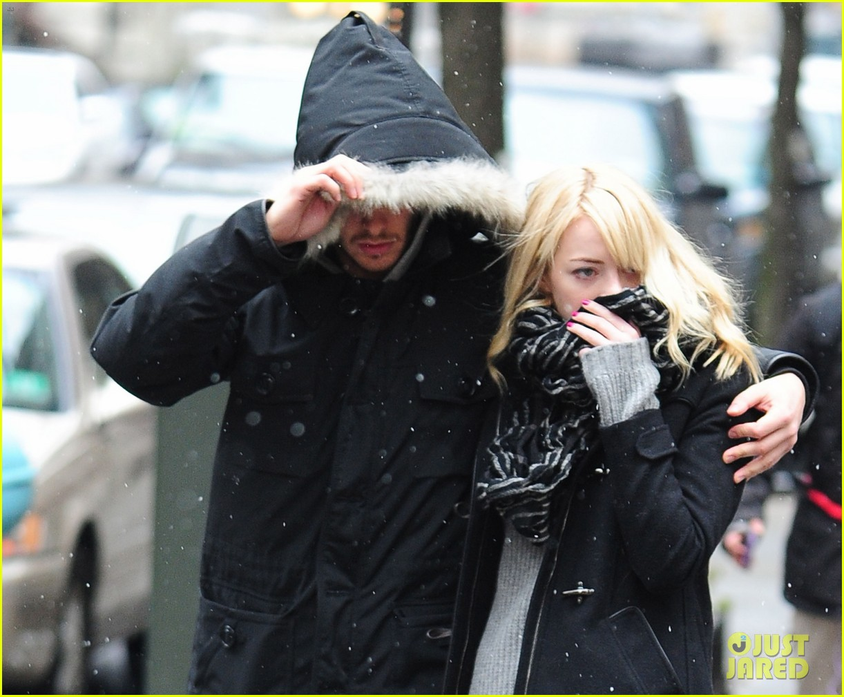 emma stone andrew garfield snowy couple 04