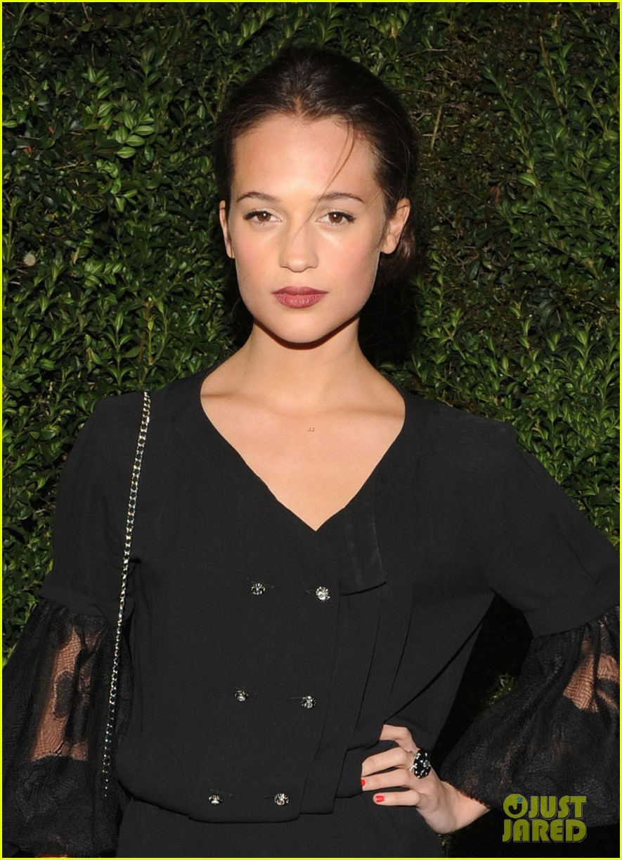 alicia vikander chanel pre oscars dinner 03