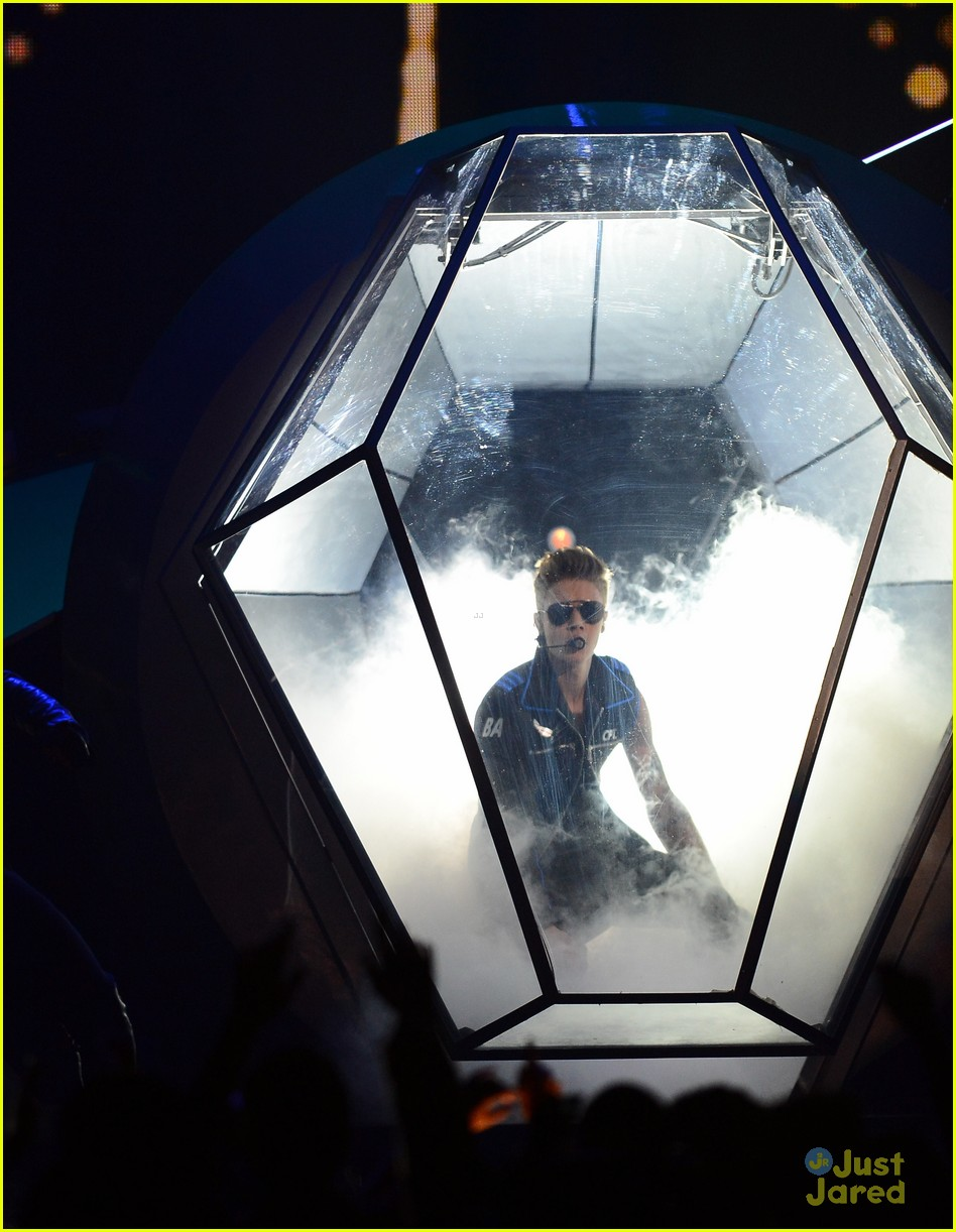 Justin Bieber makes a grand entrance at the 2013 Billboard Music