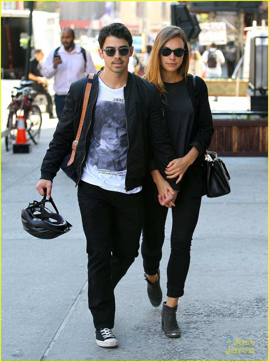 Joe Jonas & Blanda Eggenschwiler Hold Hands in NYC | Photo ...