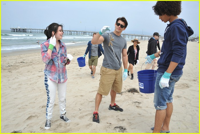 teen beach musical cast beach cleanup 03
