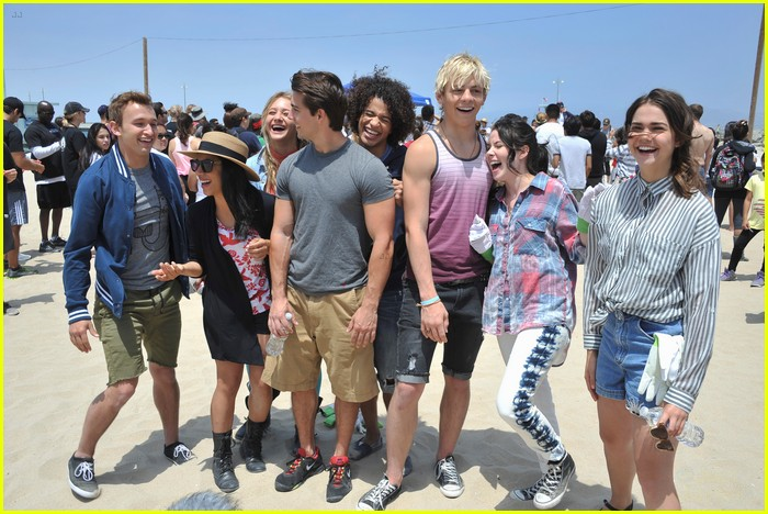 teen beach musical cast beach cleanup 06