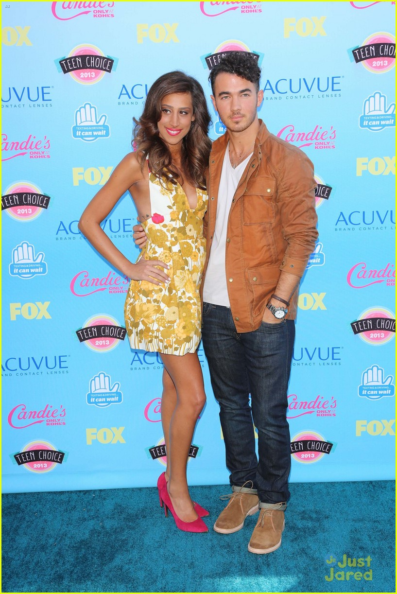 danielle jonas debuts tiny baby bump at the tcas 02