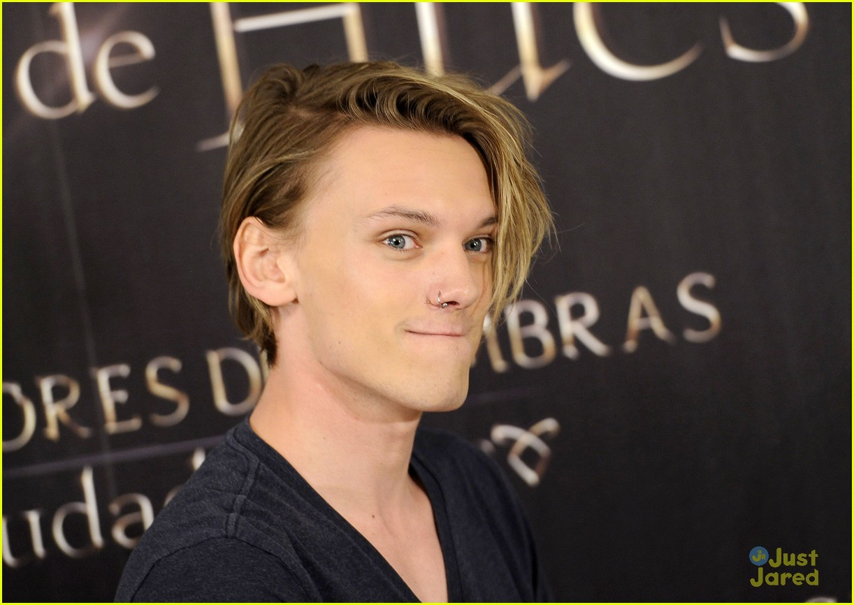 About photo 590438 jamie campbell bower gets cozy with the fans at