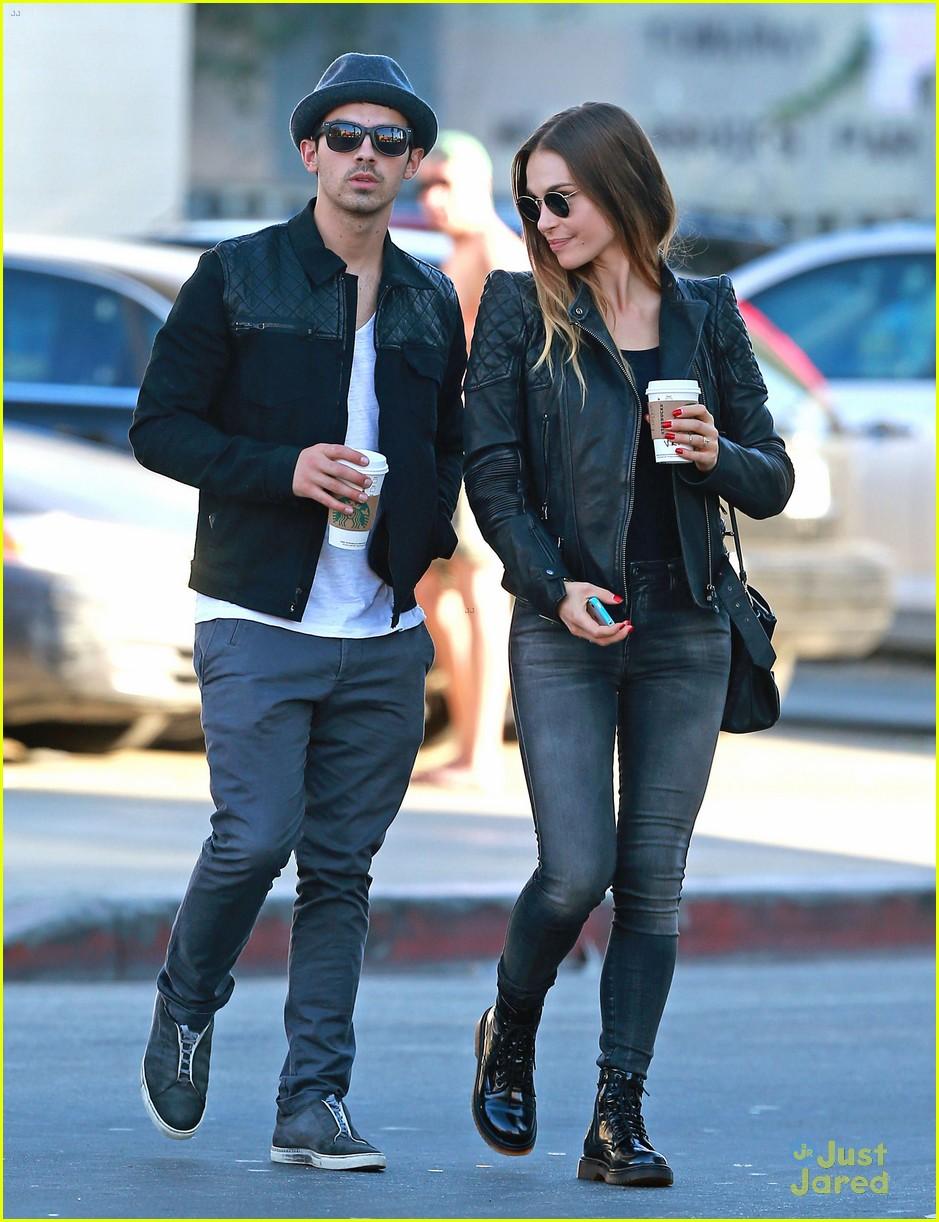 Joe Jonas & Blanda Eggenschwiler: Sidewalk Smooches ... | 939 x 1222 jpeg 235kB