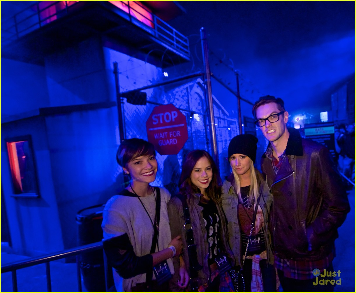 ashley tisdale demi lovato hollywood horror nights 01