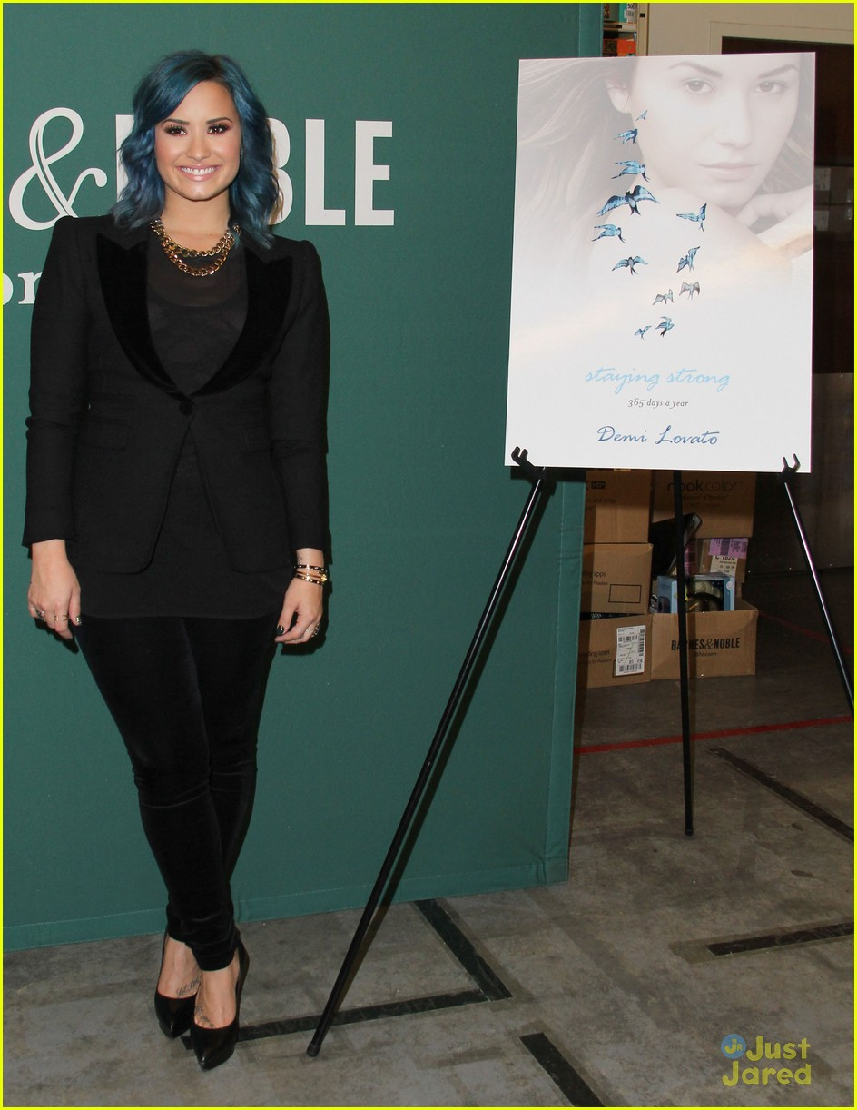 demi lovato staying strong book signing 16