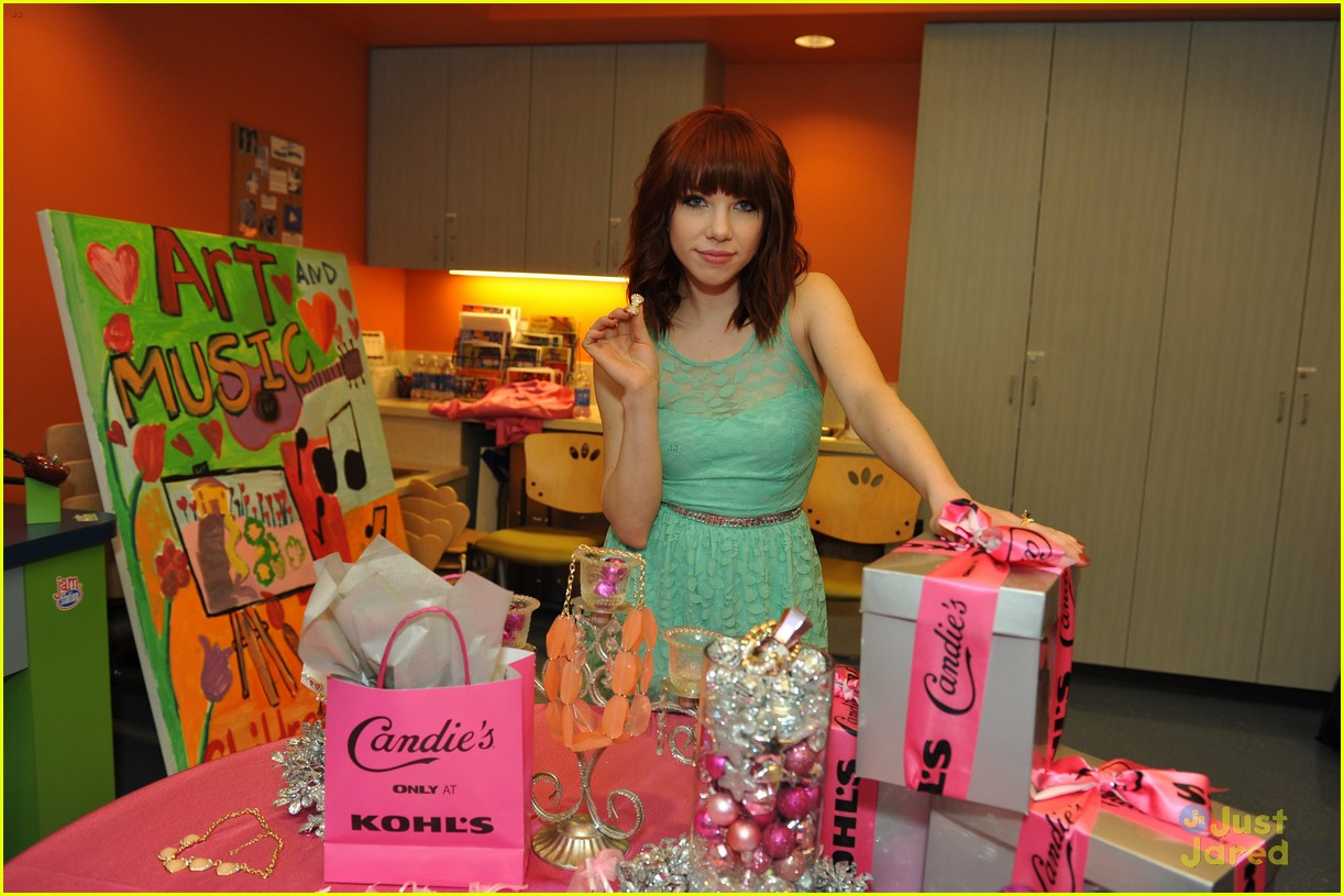 carly rae jepsen la childrens hospital visit candies 03