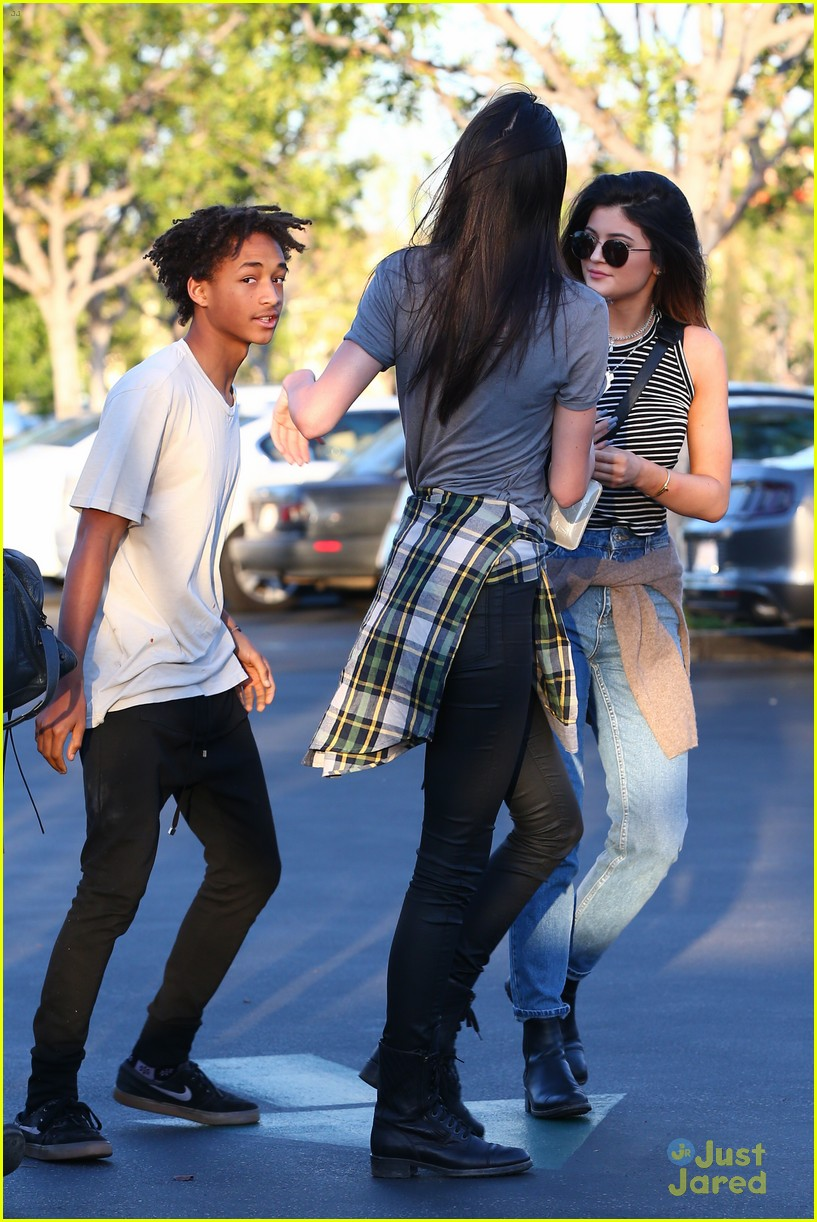 [Image: kendall-kylie-jenner-huge-hugs-jaden-smith-09.jpg]