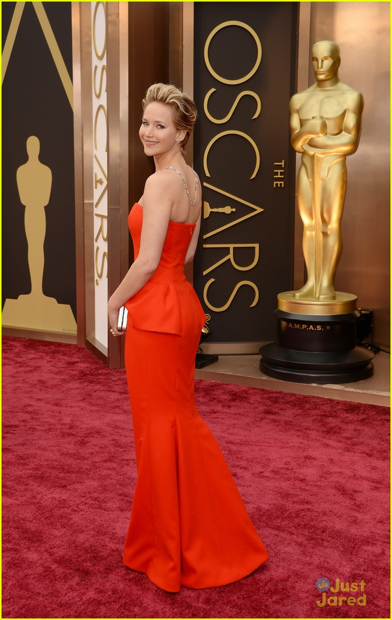 Jennifer Lawrence Slips On Oscars 2014 Red Carpet | Photo ...