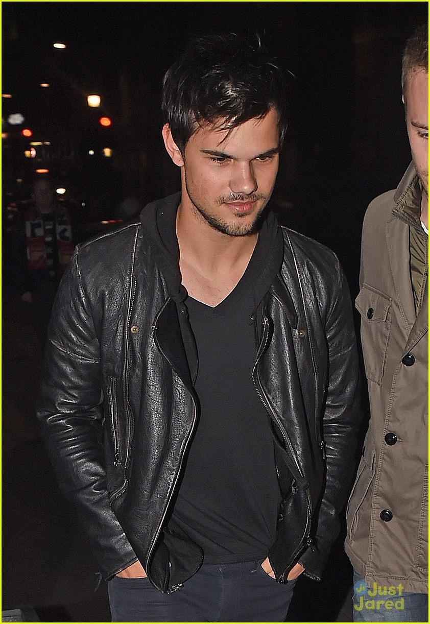 Taylor Lautner ( Twilight) Taylor-lautner-cracks-up-friends-london-11