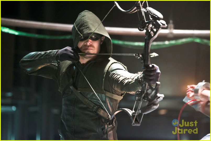 arrow man behind hood stills 15