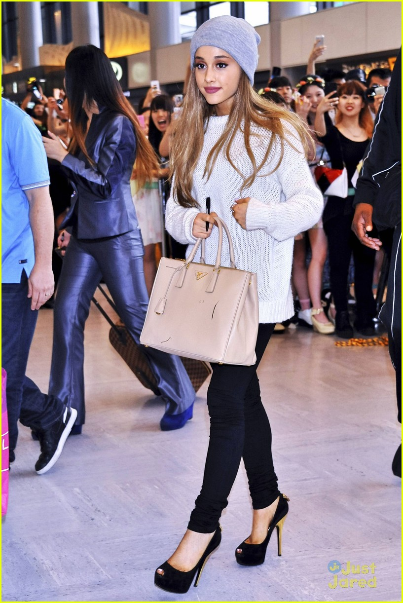 Ariana Grande Touches Down In Tokyo Fans Go Wild Photo 687018 Photo Gallery Just Jared Jr