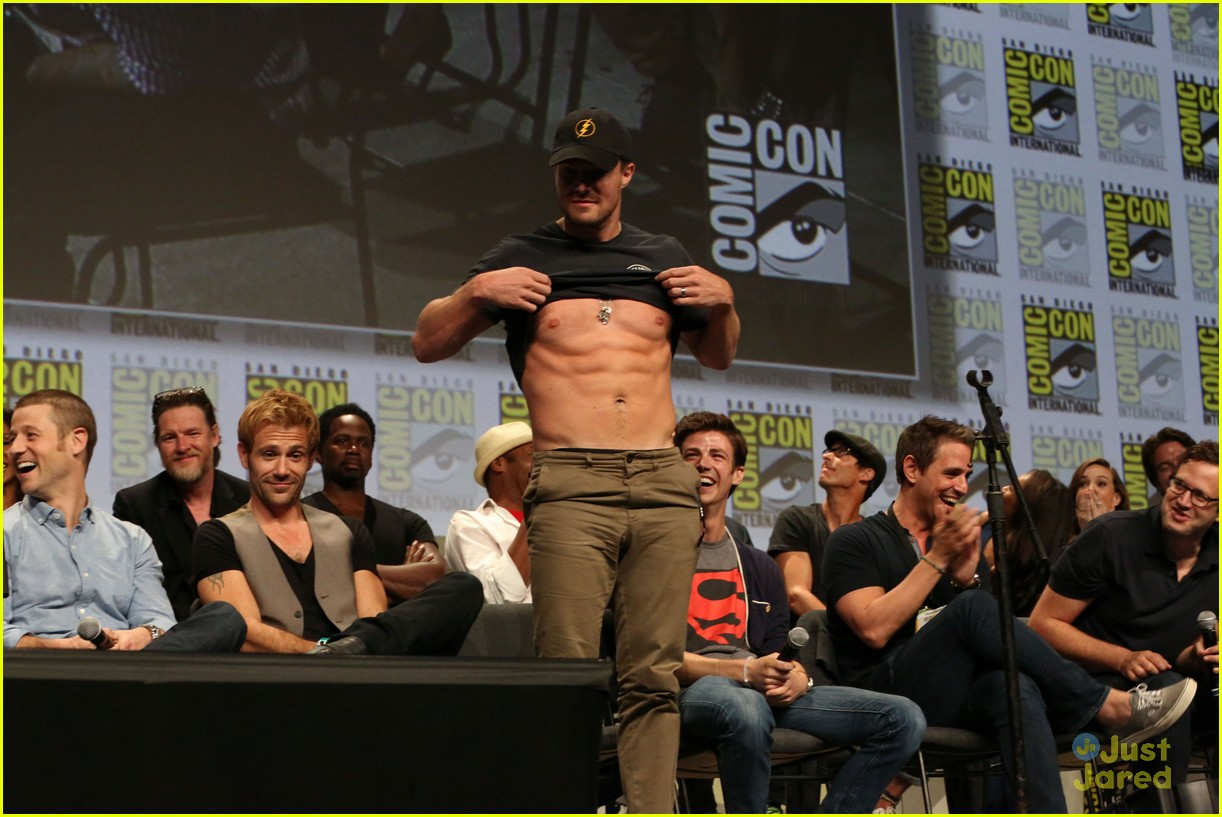 Stephen Amell Shows Off His Abs During Comic-Con - Watch Here! | Photo ...