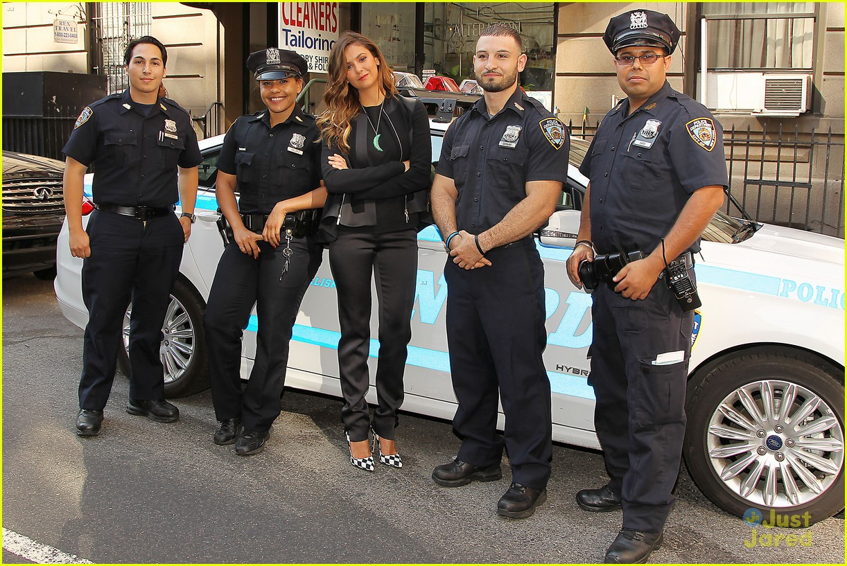 Cendrillon ou Katniss : qui êtes-vous ? Nina-dobrev-promotes-lets-be-cops-all-over-new-york-24