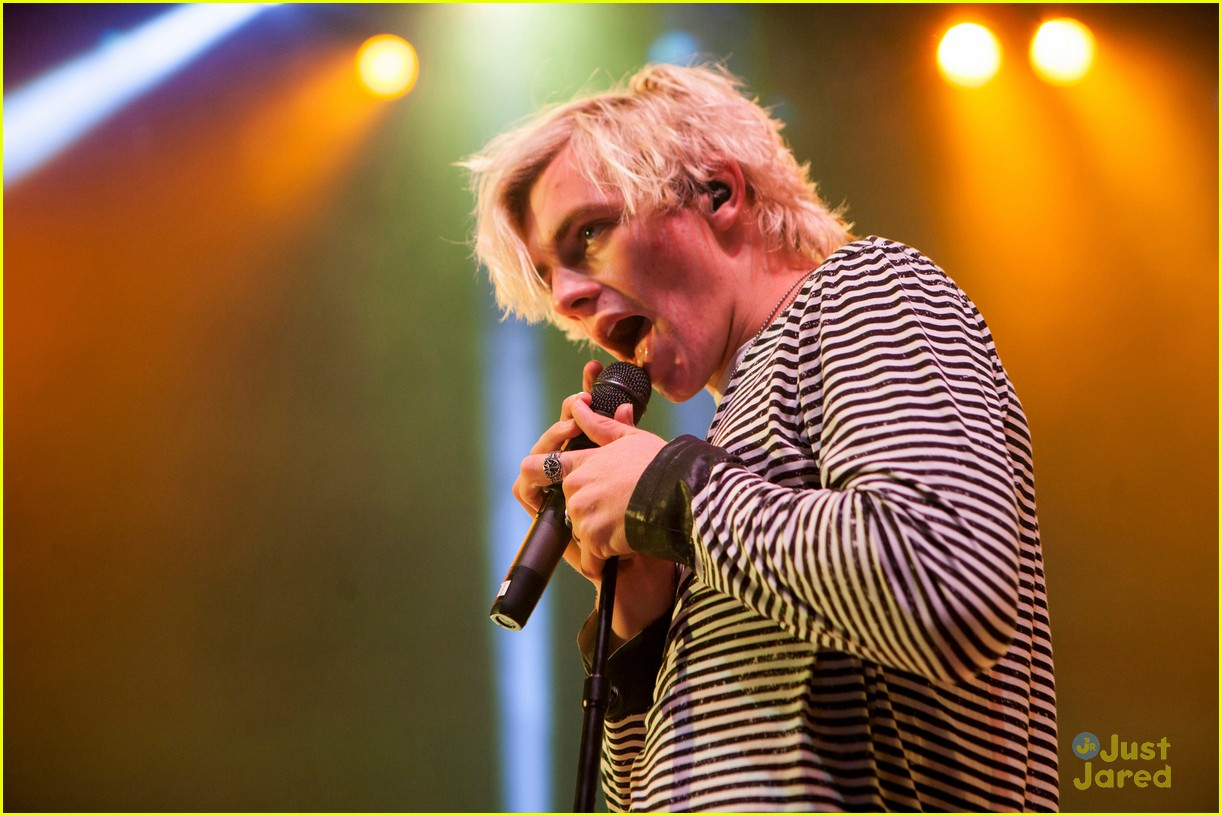 r5 ross lynch detroit performance 04