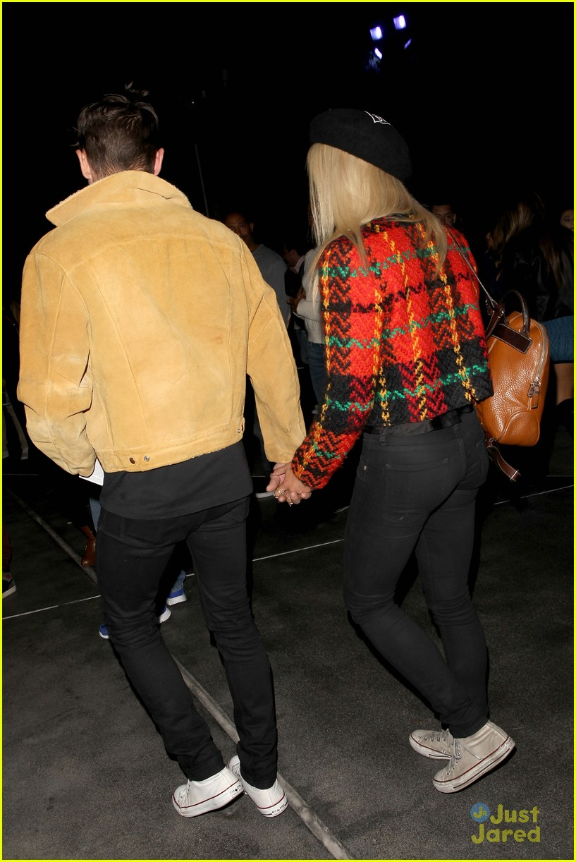 zac efron sami miro hold hands at lakers game date 05