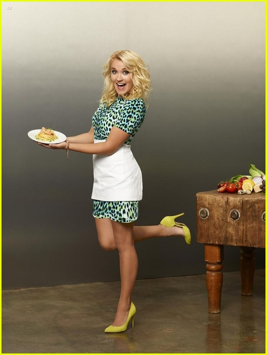 Emily osment young amp hungry s01e02 7