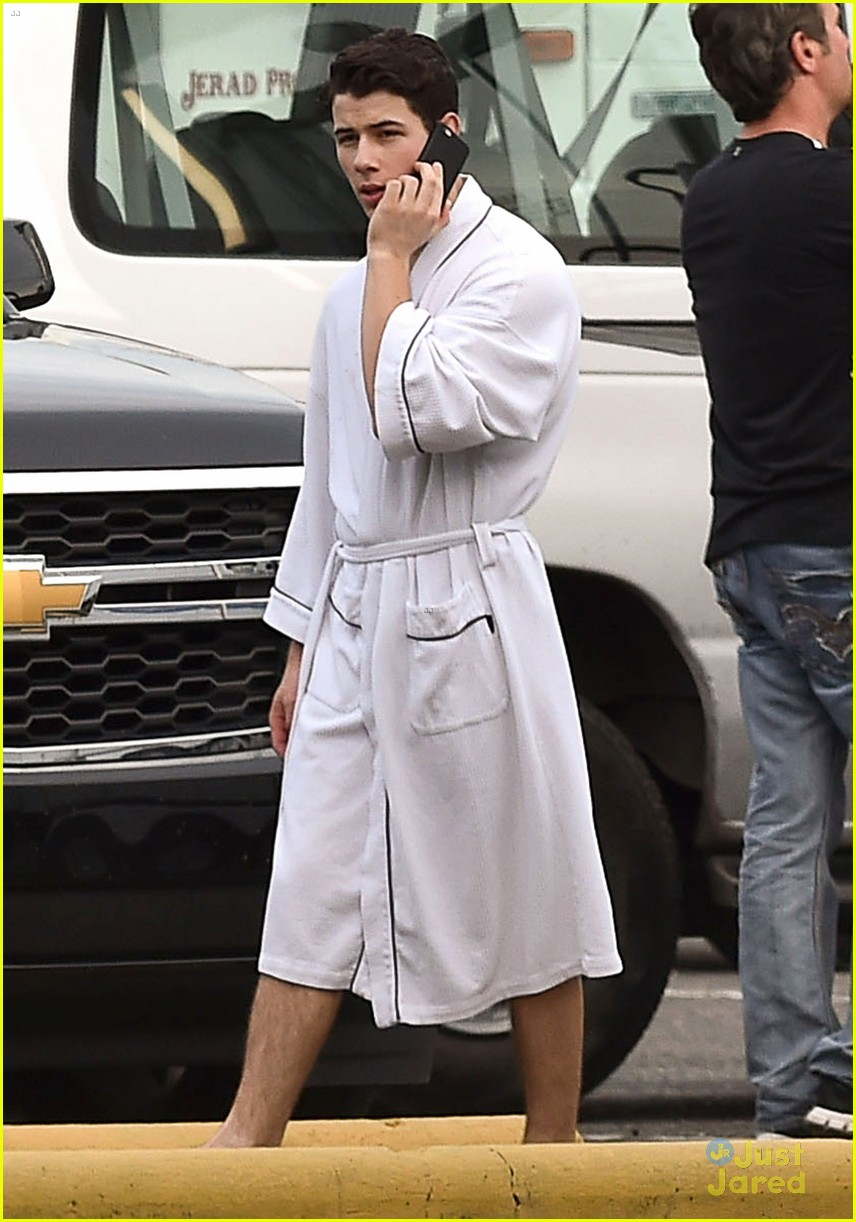 Nick Jonas Wears Bath Robe on \u0027Scream Queens\u0027 Set!