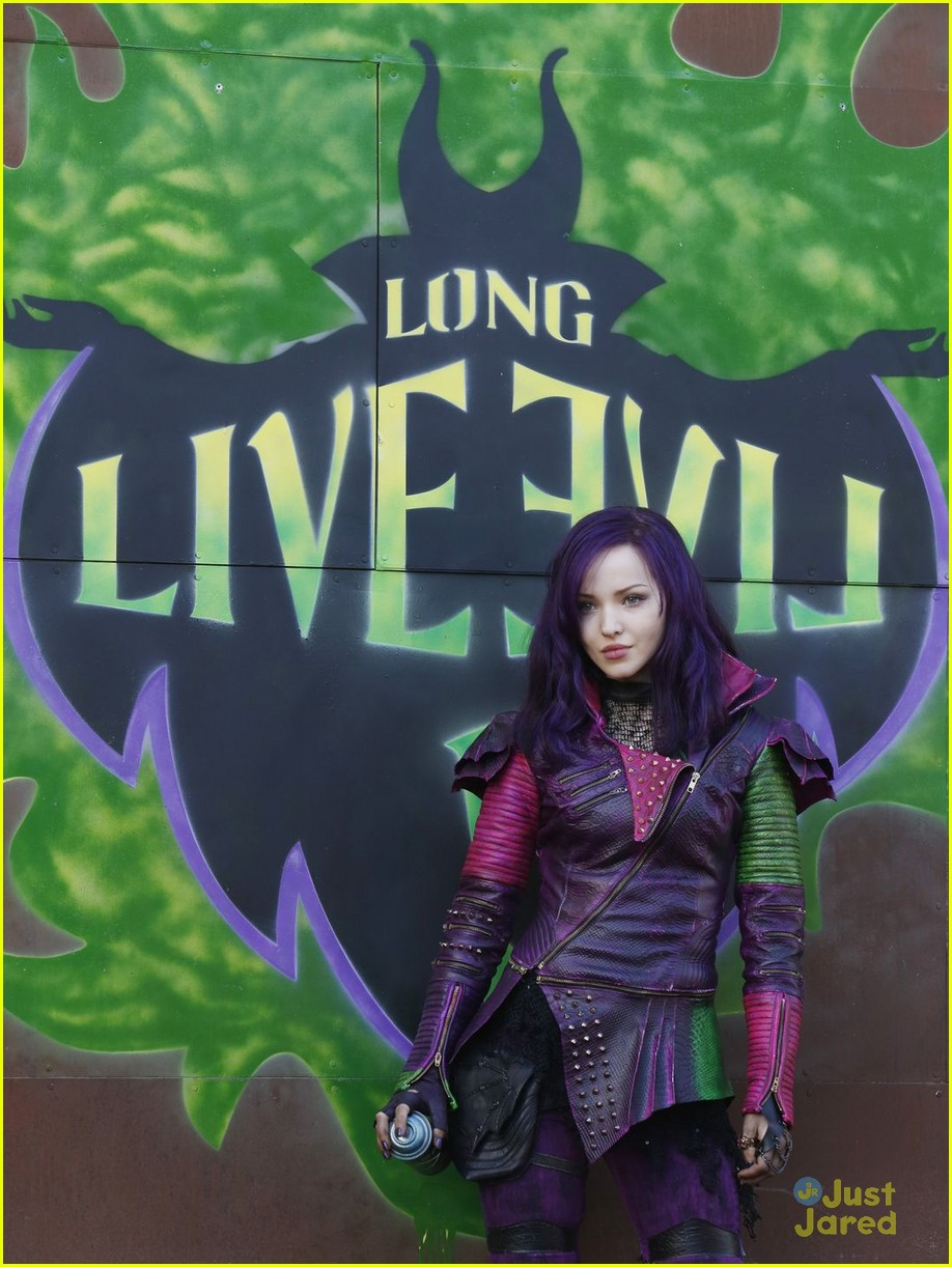 dove cameron sofia carson descendants stills 02