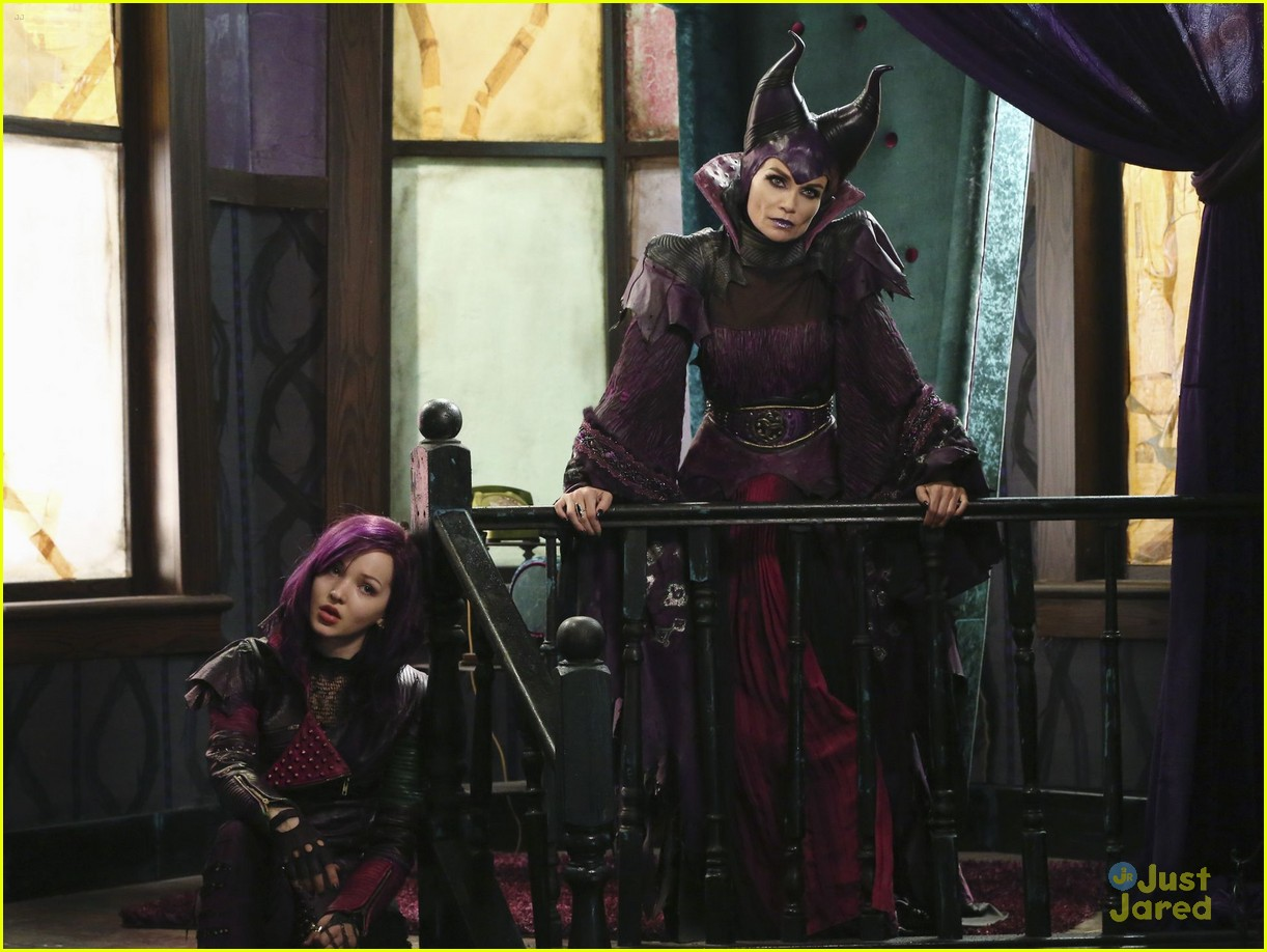 dove cameron sofia carson descendants stills 08