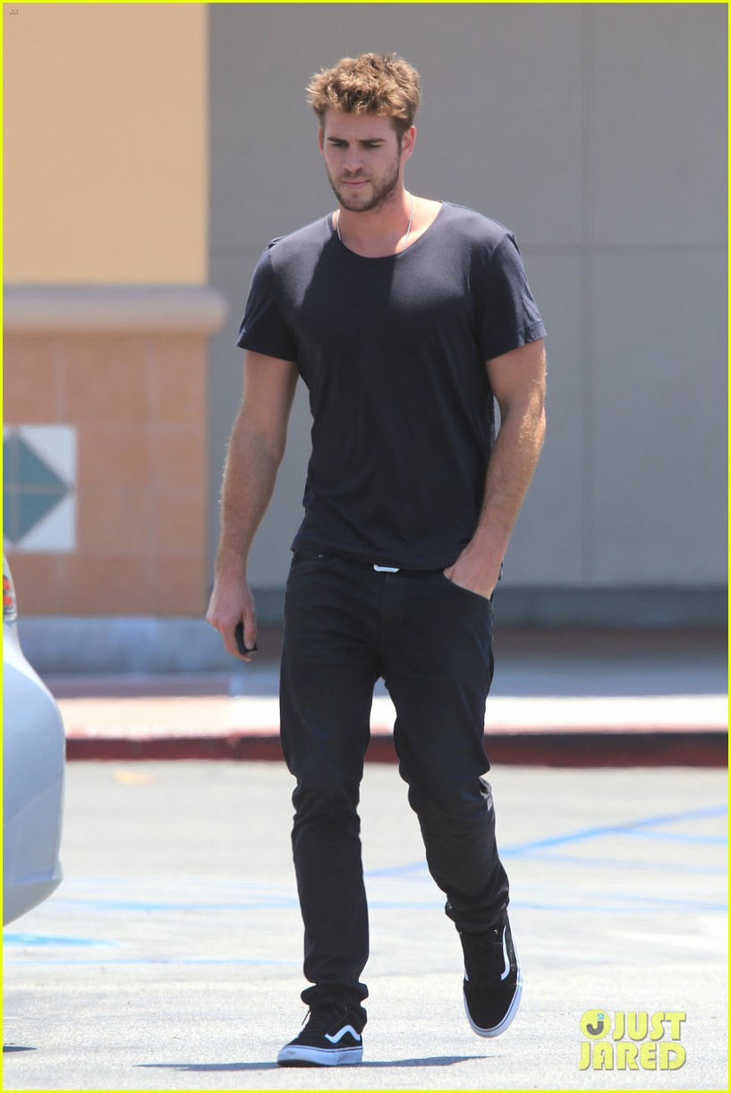 Liam Hemsworth Looks Super Suave in All Black | Photo ...