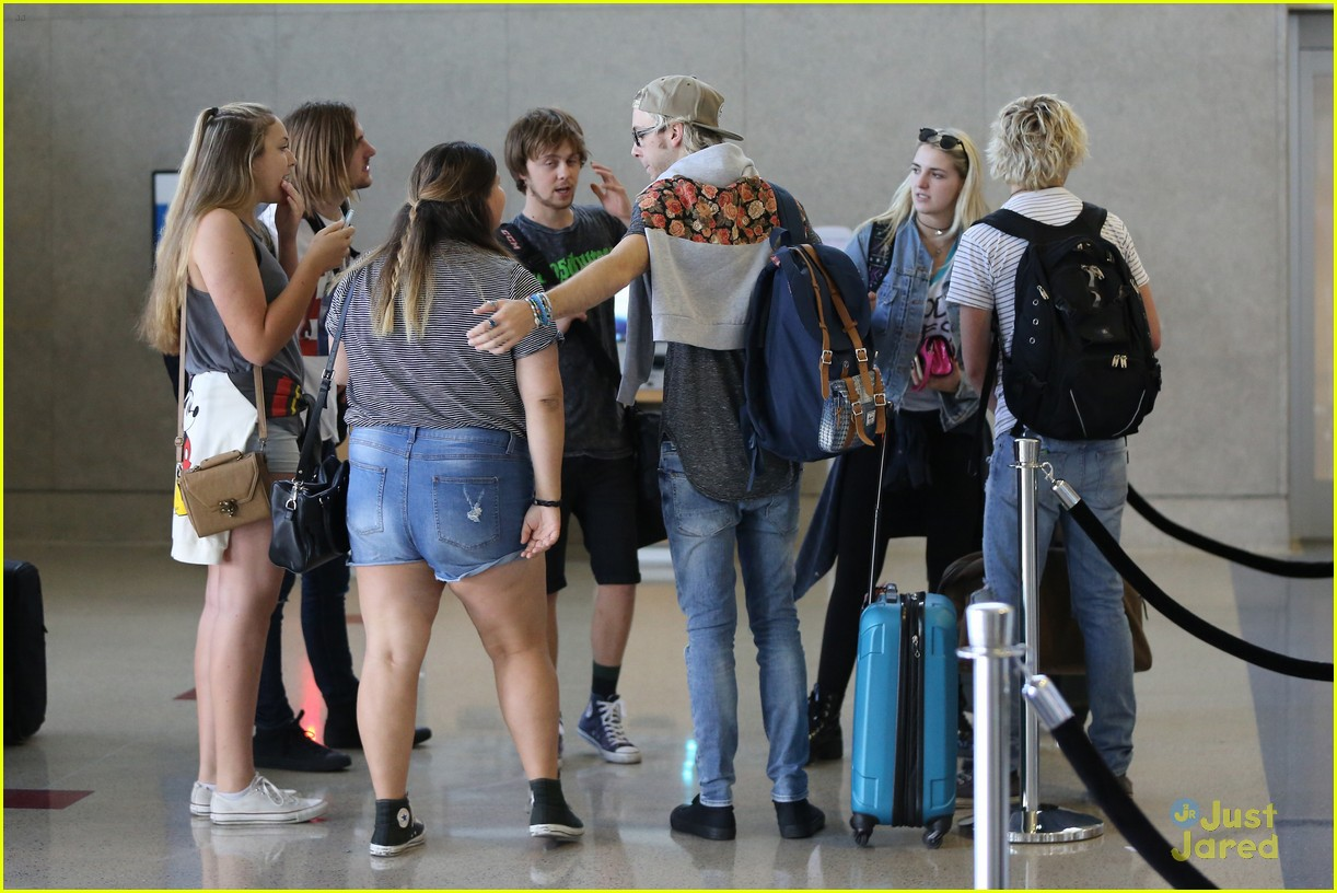 rydel lynch ellington ratliff kiss at airport flight out 15
