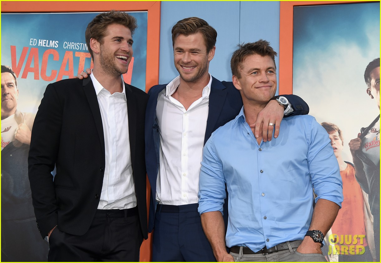 chris hemsworth gets his brothers support at vacation premiere 04